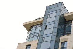 Μοντέρνο νέο κτήριο ακρών Στιγμιότυπο από το κατώτατο σημείο επάνω Στοκ Εικόνα
