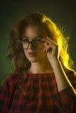 Μοντέρνο νέο πρότυπο που φορά τα γυαλιά γυναίκα πορτρέτου προσώπου κινηματογραφήσεων σε πρώτο πλάνο Στοκ εικόνες με δικαίωμα ελεύθερης χρήσης