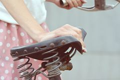 Μοντέρνο ντυμένο κορίτσι σε ένα παλαιό ποδήλατο με μια αναδρομική επίδραση Στοκ φωτογραφία με δικαίωμα ελεύθερης χρήσης