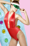 Μοντέρνο ξανθό κορίτσι που θέτει τη φθορά beachwear και sunshade στοκ φωτογραφίες με δικαίωμα ελεύθερης χρήσης