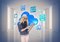 Μοντέρνο ξανθό χρησιμοποιώντας PC ταμπλετών με app τα εικονίδια και το σύννεφο Στοκ Φωτογραφία