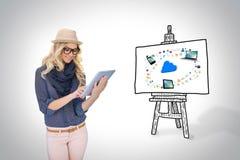 Μοντέρνο ξανθό χρησιμοποιώντας PC ταμπλετών με app τα εικονίδια και το σύννεφο εν πλω Στοκ εικόνες με δικαίωμα ελεύθερης χρήσης