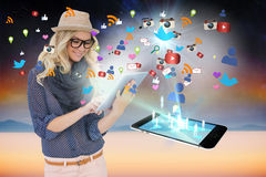Μοντέρνο ξανθό χρησιμοποιώντας PC ταμπλετών με app τα εικονίδια και το smartphone Στοκ φωτογραφία με δικαίωμα ελεύθερης χρήσης