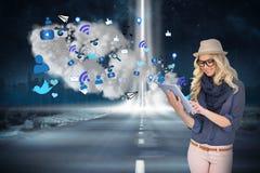 Μοντέρνο ξανθό χρησιμοποιώντας PC ταμπλετών με app τα εικονίδια και το σύννεφο Στοκ εικόνες με δικαίωμα ελεύθερης χρήσης
