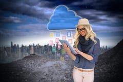 Μοντέρνο ξανθό χρησιμοποιώντας PC ταμπλετών με app τα εικονίδια και το σύννεφο Στοκ φωτογραφία με δικαίωμα ελεύθερης χρήσης