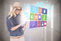 Μοντέρνο ξανθό χρησιμοποιώντας PC ταμπλετών με app τις επιλογές εικονιδίων Στοκ φωτογραφία με δικαίωμα ελεύθερης χρήσης