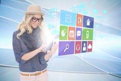 Μοντέρνο ξανθό χρησιμοποιώντας PC ταμπλετών με app τις επιλογές εικονιδίων Στοκ εικόνα με δικαίωμα ελεύθερης χρήσης