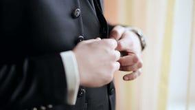 Μοντέρνο πουκάμισο, κοστούμι και φανέλλα φορεμάτων ατόμων απόθεμα βίντεο