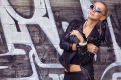 Μοντέρνο πρότυπο μόδας στα γυαλιά ηλίου στοκ εικόνα