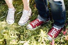 Μοντέρνο δροσερό ζεύγος, πόδια, τρόπος ζωής - έννοια Στοκ φωτογραφία με δικαίωμα ελεύθερης χρήσης