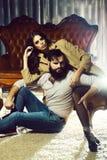 Μοντέρνο σεξουαλικό ζεύγος στον καναπέ στοκ εικόνες