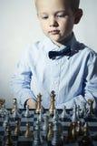 Μοντέρνο σκάκι παιχνιδιού μικρών παιδιών Λίγο παιδί μεγαλοφυίας Ευφυές παιχνίδι σκακιέρα Στοκ φωτογραφίες με δικαίωμα ελεύθερης χρήσης