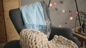 Μοντέρνο Σκανδιναβικό εσωτερικό Χριστουγέννων με μια κομψή πολυθρόνα και ένα θερμό καρό merinos Σπίτι άνεσης με σκανδιναβικό νέο φιλμ μικρού μήκους