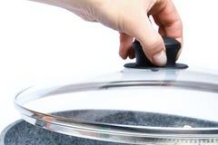 Μοντέρνο τηγανίζοντας τηγάνι στα χέρια σε ένα άσπρο υπόβαθρο στοκ φωτογραφία με δικαίωμα ελεύθερης χρήσης