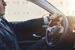 Μοντέρνο τιμόνι εκμετάλλευσης επιχειρηματιών και οδήγηση Στοκ Εικόνα