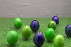 Μοντέρνο υπόβαθρο των μπλε αυγών Πάσχας ombre που απομονώνεται στο λευκό βαμμένα αυγά Πάσχας Στοκ εικόνες με δικαίωμα ελεύθερης χρήσης