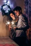 Μοντέρνο φως και celebra καψίματος sparkler Βεγγάλη εκμετάλλευσης ζευγών Στοκ Εικόνες
