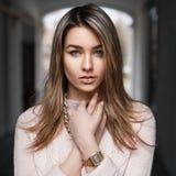 Μοντέρνο όμορφο νέο κορίτσι σε ένα ρόδινο πουλόβερ Στοκ φωτογραφία με δικαίωμα ελεύθερης χρήσης