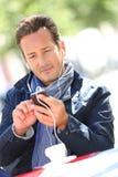 Μοντέρνο ώριμο άτομο που μιλά στο τηλέφωνο με τα ακουστικά Στοκ φωτογραφία με δικαίωμα ελεύθερης χρήσης