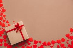 Μοντέρνο δώρο με τις κόκκινες κορδέλλες Στοκ φωτογραφία με δικαίωμα ελεύθερης χρήσης