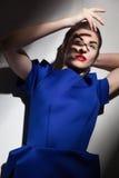 Μοντέρνο cowering πρόσωπο γυναικών από το φως στοκ εικόνες με δικαίωμα ελεύθερης χρήσης
