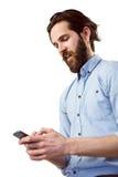 Μοντέρνο hipster που στέλνει ένα κείμενο στοκ φωτογραφίες