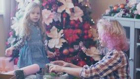 Μοντέρνο Mom και χαριτωμένα χριστουγεννιάτικα δώρα πακέτων κορών φιλμ μικρού μήκους