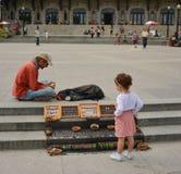 ΜΟΝΤΡΕΑΛ, ΚΑΝΑΔΑΣ - 20 ΑΥΓΟΎΣΤΟΥ 2014: Κορίτσι που εξετάζει το σπιτικό decorationsf στο υποστήριγμα βασιλικό Στοκ εικόνες με δικαίωμα ελεύθερης χρήσης