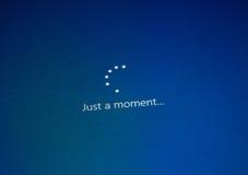 ΜΟΝΤΡΕΑΛ, ΚΑΝΑΔΑΣ - 8 ΝΟΕΜΒΡΊΟΥ 2018: Διαδικασία εγκαταστάσεων και ενεργοποίησης παραθύρων OS σε μια επίδειξη PC Η Microsoft είνα στοκ εικόνα