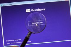 ΜΟΝΤΡΕΑΛ, ΚΑΝΑΔΑΣ - 8 ΝΟΕΜΒΡΊΟΥ 2018: Διαδικασία εγκαταστάσεων λειτουργικών συστημάτων παραθύρων σε μια οθόνη lap-top Η Microsoft στοκ εικόνα με δικαίωμα ελεύθερης χρήσης