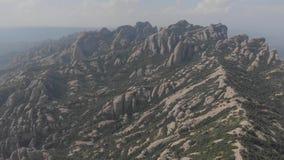 Μοντσερράτ, Καταλωνία, Ισπανία Τοπ άποψη της σπηλιάς Santa Cova de Μοντσερράτ βουνοπλαγιών ή της ιερής σπηλιάς του Μοντσερράτ το  απόθεμα βίντεο