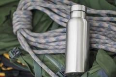 Μονωμένο ανοξείδωτο μπουκάλι με την αναρρίχηση του σχοινιού στοκ εικόνες