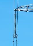Μονωτές γυαλιού και καλώδια στους υψηλούς πύργους Στοκ Εικόνες