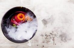 Μοριακή κουζίνα Εύγευστη σούπα με τα παντζάρια Στοκ Φωτογραφίες