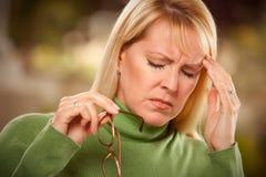 Μορφάζοντας γυναίκα που υφίσταται έναν πονοκέφαλο Στοκ φωτογραφίες με δικαίωμα ελεύθερης χρήσης