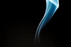 Μορφές καπνού από το θυμίαμα αρωμάτων Στοκ φωτογραφία με δικαίωμα ελεύθερης χρήσης