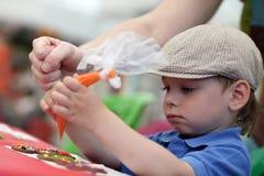 Μορφές μελοψωμάτων ζωγραφικής παιδιών στοκ εικόνες
