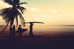 Μορφές φωτογραφιών τέχνης της σκιαγραφίας surfer στην παραλία στο ηλιοβασίλεμα Στοκ Εικόνες