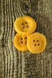 Μορφή ζύμης τυριών όπως ένα κουμπί στον παλαιό ανοικτό γκρι ξύλινο πίνακα Στοκ φωτογραφίες με δικαίωμα ελεύθερης χρήσης