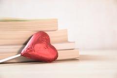 Μορφή και βιβλίο καρδιών στοκ φωτογραφία