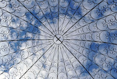 Μορφή και ουρανός επεξεργασμένου σιδήρου στο υπόβαθρο Στοκ Εικόνα