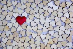 Μορφή καρδιών από το φυσικό δέντρο Έννοια θέματος αγάπης με τις ξύλινες καρδιές για το υπόβαθρο βαλεντίνων ` s και το θέμα αγάπης Στοκ φωτογραφίες με δικαίωμα ελεύθερης χρήσης