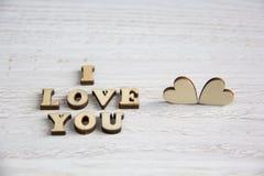 Μορφή καρδιών από το φυσικό δέντρο Έννοια θέματος αγάπης με τις ξύλινες καρδιές για το υπόβαθρο βαλεντίνων ` s και το θέμα αγάπης Στοκ Εικόνες
