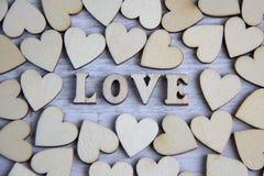 Μορφή καρδιών από το φυσικό δέντρο Έννοια θέματος αγάπης με τις ξύλινες καρδιές για το υπόβαθρο βαλεντίνων ` s και το θέμα αγάπης Στοκ φωτογραφία με δικαίωμα ελεύθερης χρήσης
