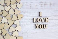 Μορφή καρδιών από το φυσικό δέντρο Έννοια θέματος αγάπης με τις ξύλινες καρδιές για το υπόβαθρο βαλεντίνων ` s και το θέμα αγάπης Στοκ Φωτογραφία