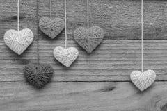 μορφή καρδιών που γίνεται από το πλέξιμο του μαλλιού στο παλαιό shabby ξύλινο backgro Στοκ Εικόνες