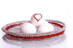Μορφή καρδιών που επισύρεται την προσοχή στο αυγό Στοκ εικόνες με δικαίωμα ελεύθερης χρήσης