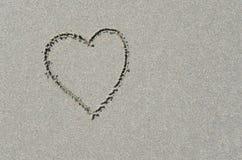 Μορφή καρδιών στην ωκεάνια άμμο παραλιών Στοκ Εικόνες