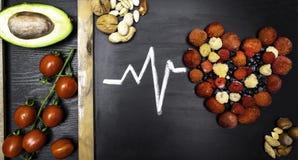 μορφή καρδιών των διάφορων φρέσκων μούρων, αβοκάντο, ντομάτες, καρύδια στοκ φωτογραφία