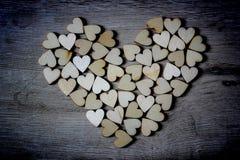 Μορφή καρδιών από τις φυσικές μορφές καρδιών δέντρων ξύλινες μικρές Στοκ φωτογραφίες με δικαίωμα ελεύθερης χρήσης